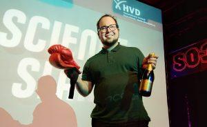 Dr. Moritz Kirchner fährt Science Slam Sieg Nr. 10 ein